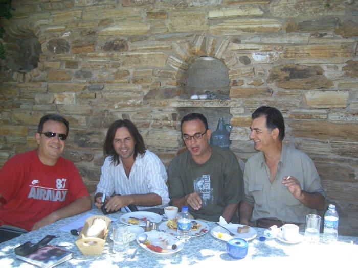 Ο Θέμης Ροδαμίτης στο μέσον μαζί με τον Γιάννη Βιδάλη και τον Βασίλη Λέκκα